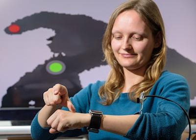 Die neue Eingabemethode erfasst die Bewegungen von Daumen und Zeigefinger auf dem Handrücken und im Luftraum darüber. Foto: Oliver Dietze (Bildquelle: Universität des Saarlandes)